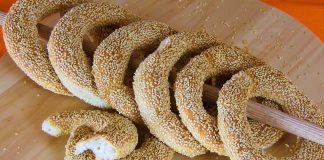 crusty-sesame-bread-rings-with-cheese-and-oregano-koulouri-thessalonikis